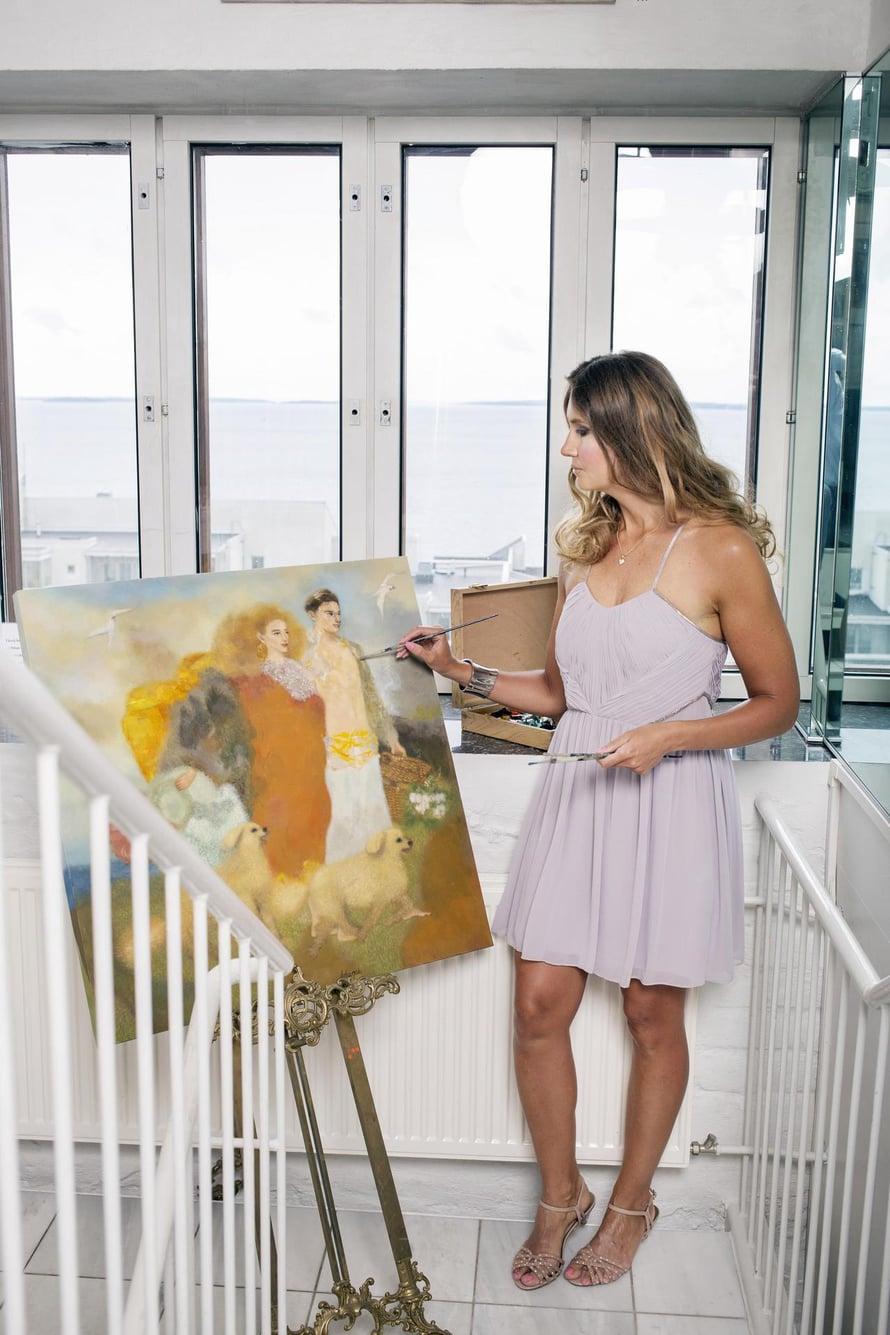 Luonnonvaloa tulvivassa tornissa Lidian kelpaa maalata.