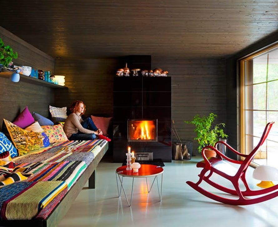 <p><p>Saimi Hoyerin saunamökissä on luonto läsnä. Mäntylaverin on rakentanut punkaharjulainen yrittäjä ja hänen äitinsä kutoi räsymattopeiton. Takka on Uuniseppien mallistosta. Keinutuoli ja valaisin ovat Huuto.netistä.</p></p>