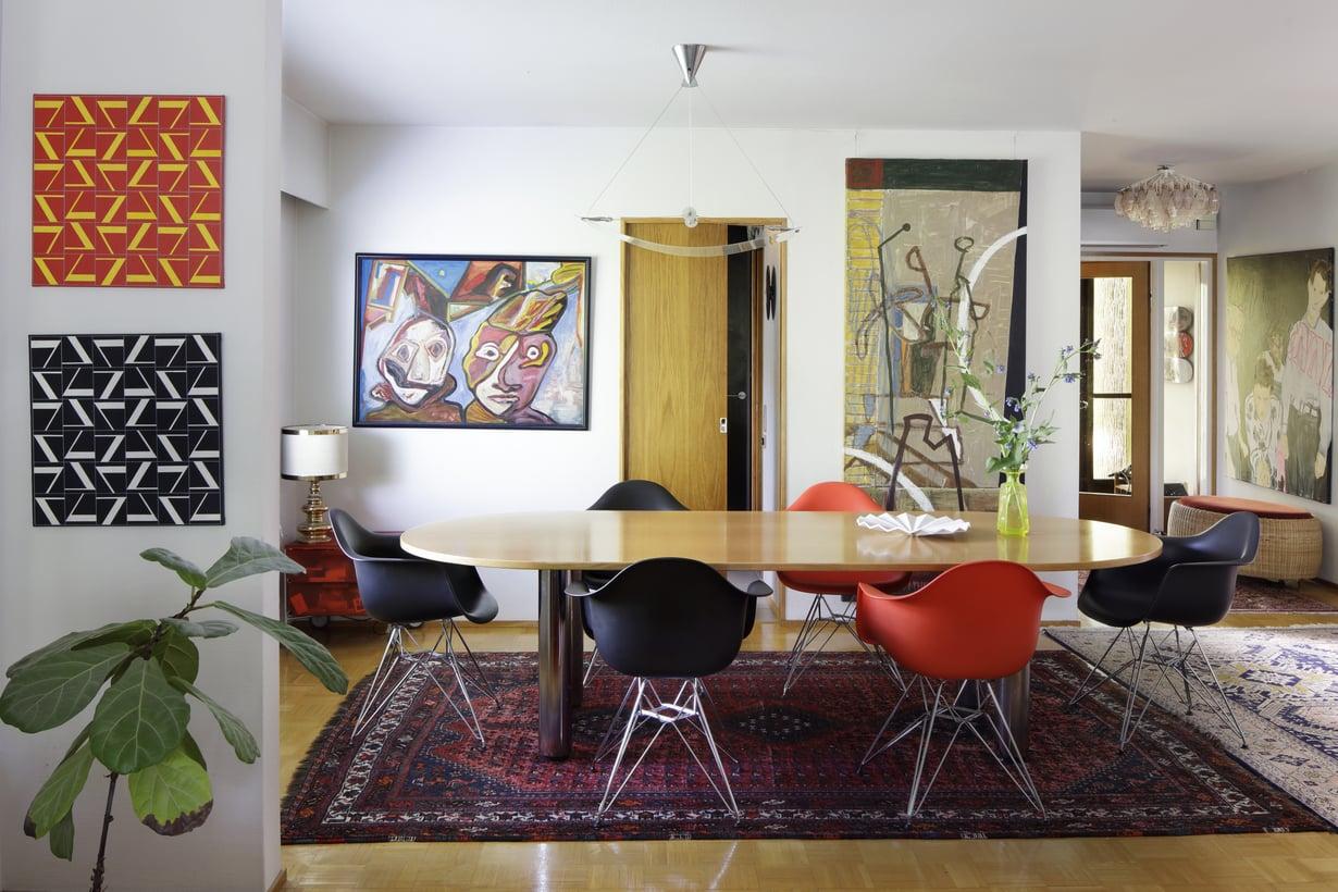 Alakerrassa  elämä  keskittyy Jouko Järvisalon suunnitteleman suuren ruokapöydän ympärille. Vitran värikkäät Eames-tuolit ovat viimeisin hankinta kotiin. Keittiöön johtavan oven oikealla puolella on norjalaisen Arvid Pettersenin teos ja vasemmalla on hollantilaisen Lucebertin teos. Kaksi teosta päällekkäin vasemmalla ovat Perttu Näsäsen töitä. Eteisessä on Jarmon tyttären Rauha Mäkilän työ.