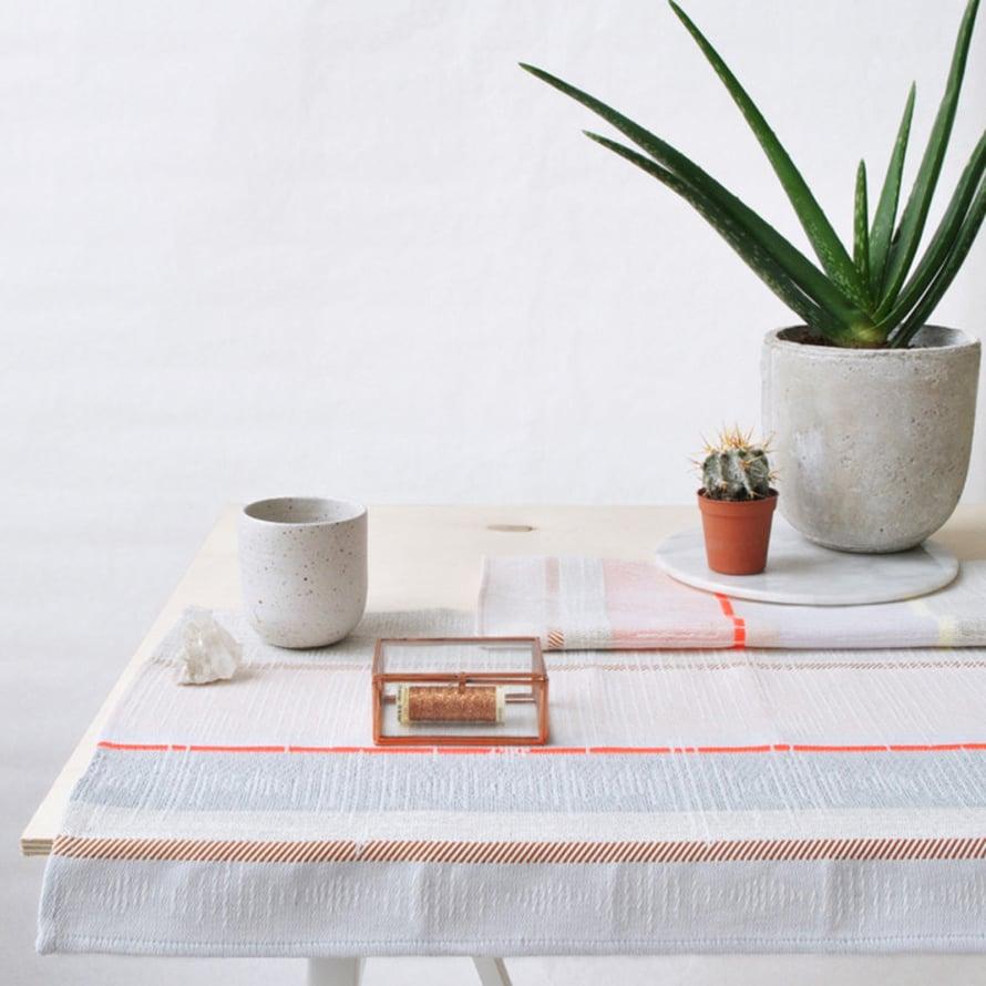 """Kauniissa liinoissa talonpoikaistyyli on p&auml;ivitetty modernimpaan suuntaan. Kirkuvan oranssi tehosteraita kruunaa tyylin. Kuva: <a href=""""http://www.lightly.com.au"""" target=""""_blank"""">Lightly</a>&nbsp;"""