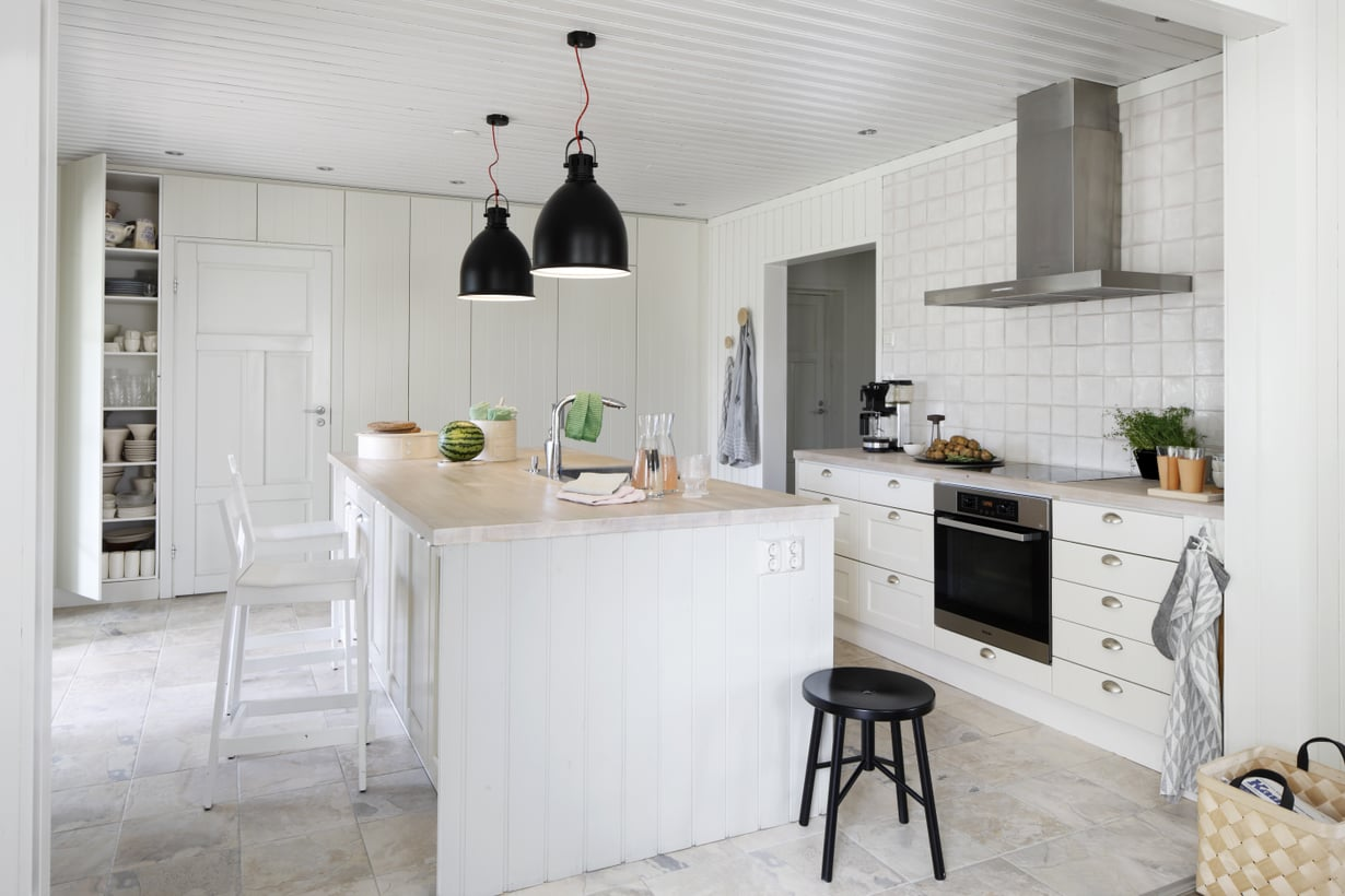 Keittiö rakennettiin uudelleen suuren saarekkeen ympärille. Vanhat, täyspuiset keittiönkaapit saivat uuden maalipinnan. Takaseinän kaapisto on Nixin mallistosta. Kattovalaisimet hankittiin Vepsäläiseltä.