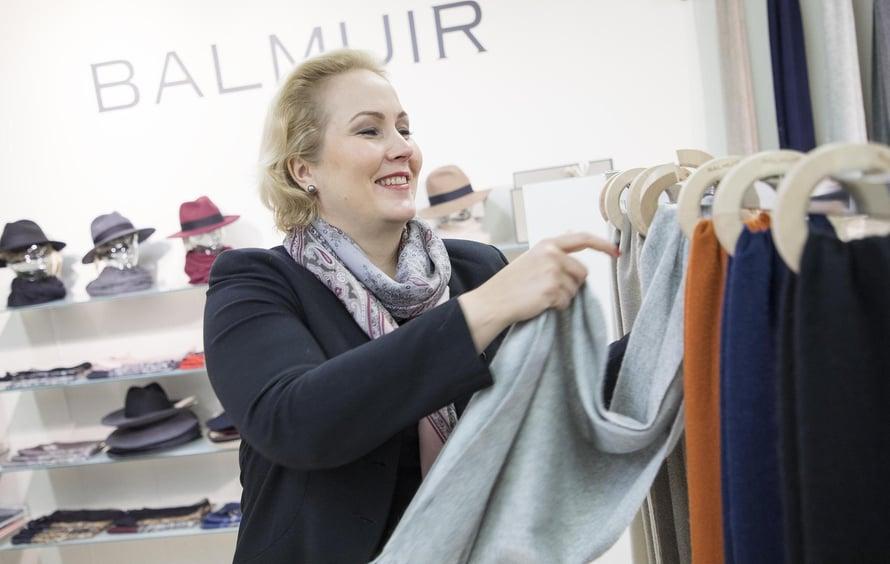 Heidi on oppinut, että suomalaisille kannattaa myydä värikkäitä tuotteita.