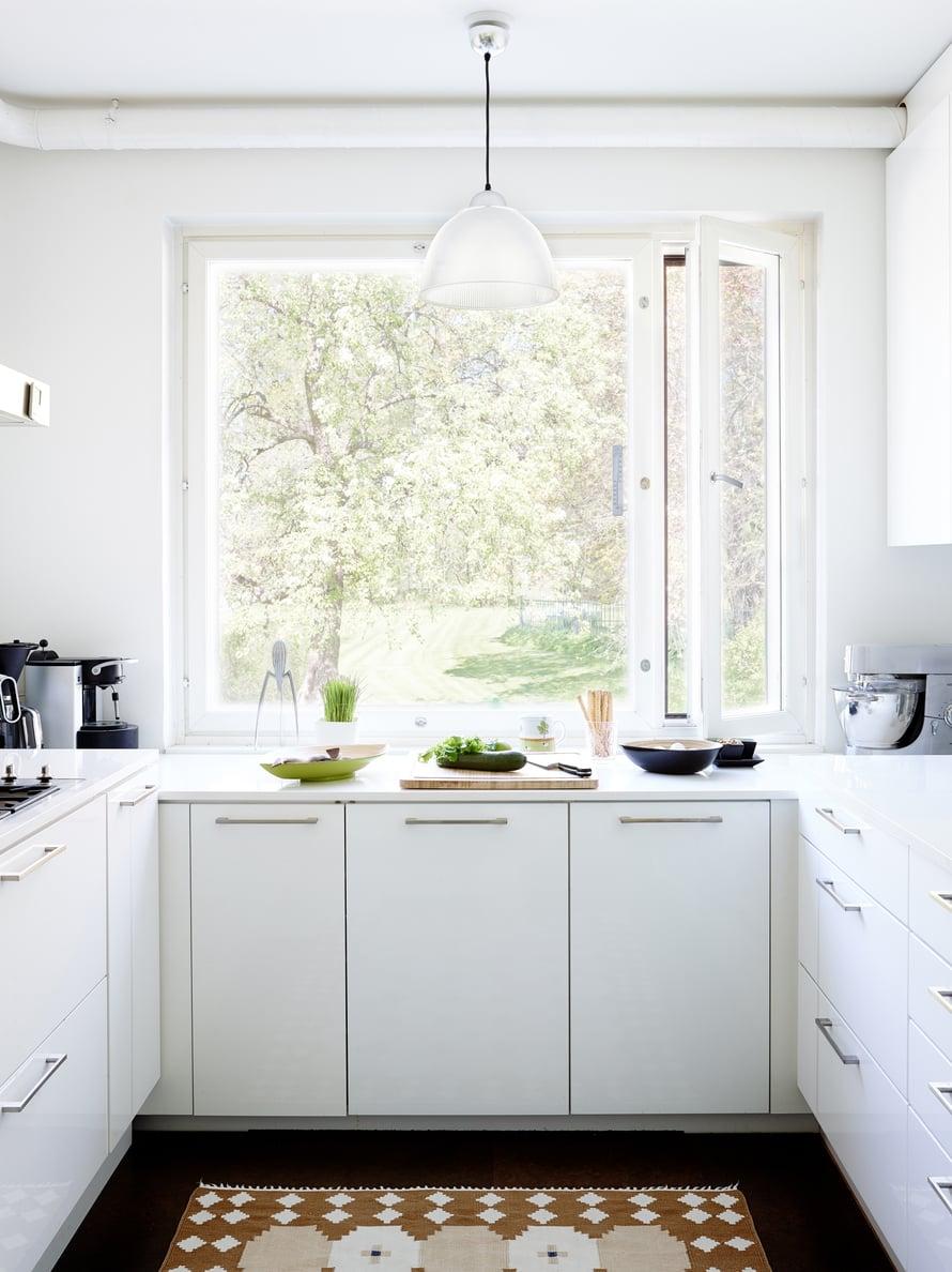 Keittiössä vaihdettiin kaappien ovet omaan makuun sopiviksi. Koska ruokapöytäryhmä sijoitettiin viereiseen huoneeseen, saatiin keittiöön mahtumaan toinen taso kaasulieden jatkoksi. Kvartsikomposiittitasot tilattiin Virosta. Myös keittiöaltaat uusittiin.