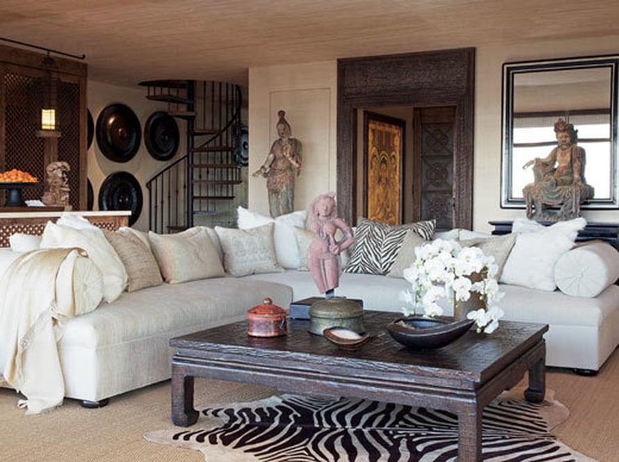 <p><p>Olohuoneen sohvat on päällystetty silkillä. Tyynyissä on vuohenkarvaa, käsin kirjailtua intialaista silkkiä ja indonesialaisia painokuvioita. Sohvapöydällä on 1600-luvun intialainen terrakottapatsas, joka esittää tanssivaa tyttöä. </p></p>