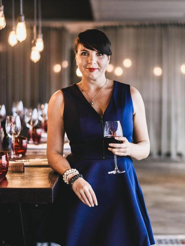 Katin kantapaikkoihin kuuluu Scarlett-viinibaari Pullman-hotellin 37. kerroksessa.
