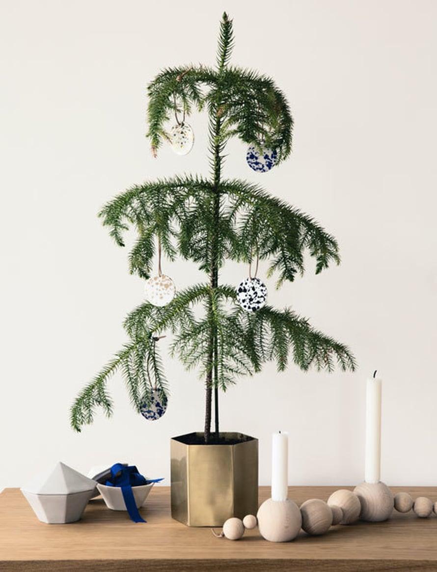 <p><p>Havupuu ruukussa toimii pikkujoulukuusena. Kuva ja tuotteet: Ferm Living</p></p>