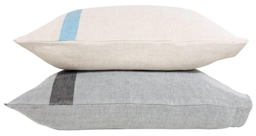 Tyynyillä asustat sohvan kuin sohvan. Kaksiväriset Usva-pellavatyynyt 33 e/kpl, Lapuankankurit.fi.