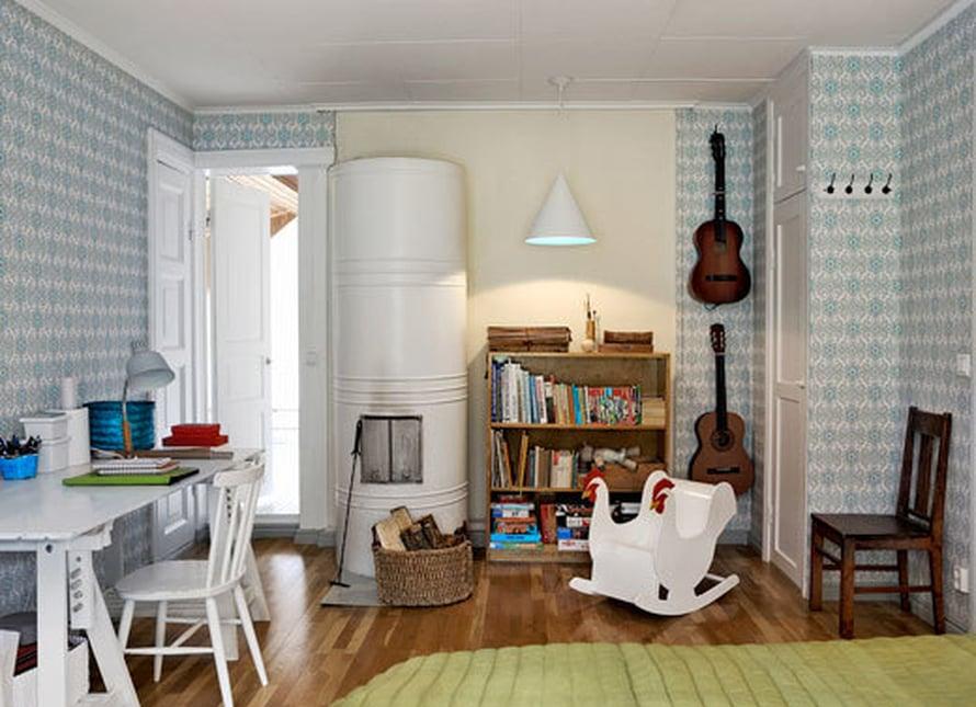 <p><p>Vierashuoneena toimii yläkerran kamari. Tapettitalon tapetti, kitarat ja muut kalusteet tekevät tilasta retroilevan. Kulmasta pääsee kylpyhuoneeseen ja saunaan.</p></p>
