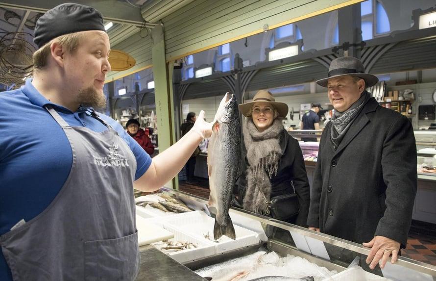 Heidi ja Juha käyvät usein ostoksilla Oulun kauppahallissa. Kala- liike Haanpäässä heitä palvelee Tero Kivimäki.