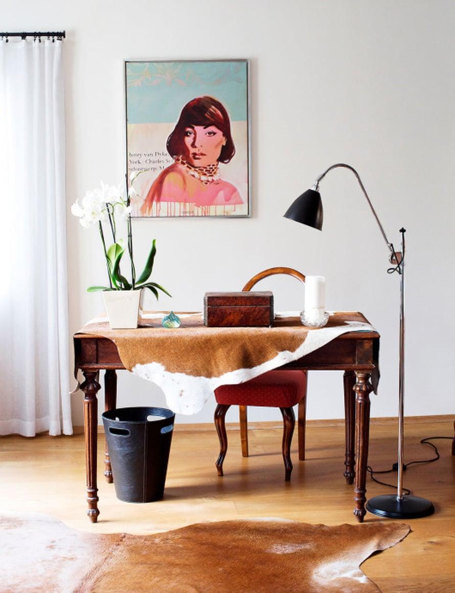 Kotona on kaunis työhuone, vaikka työpöydän äärellä harvoin istuu kukaan. Parhaiten Hannan kirjoitustyöt sujuvat nojatuolissa. Työpöydällä on kuitenkin tunnearvoa, sillä se on Hannan isän vanha. Pöydän kannen vihreä väri riiteli takana olevan maalauksen kanssa. Sen vuoksi Hanna peitti pöydän lehmäntaljalla.