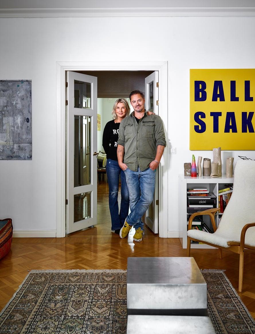 Asunnon lähes kaikissa huoneissa on pariovet, joiden kautta tilat liittyvät kauniisti toisiinsa. Olohuoneen sohvapöydän Johnny on suunnitellut ja valmistanut rosterista.