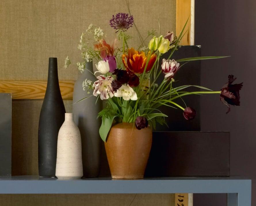 Rennon vaikutelmaa lahjakimppuihin saat lisäämällä sekaan luonnosta poimittuja heiniä. Asettele heinät valmiiksi maljakoihin ennen vieraiden tuloa, niin maljakot näyttävät tyylikkäiltä, eivätkä tyhjiltä, lahjakukkia odottavilta vesiastioilta. Kuva: Woodnotes.