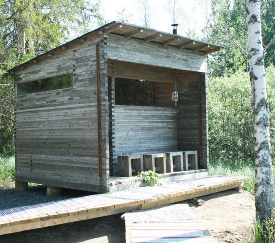 <p><p>Luona saunojen Ranta-raita on tyyliltään moderni mutta istuu mainiosti suomalaiseen mökkimaisemaan. Räsymattoja pitkin saunalle on kotoisaa astella. Kuva: Luona</p></p>