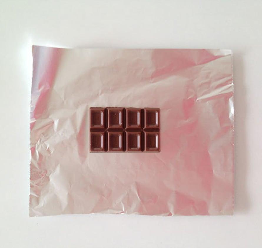 Jaa 200 gramman suklaalevy (esimerkiksi Fazerin sininen) neljään osaan. Kääri 8 palaa suklaata foliopaperiin.
