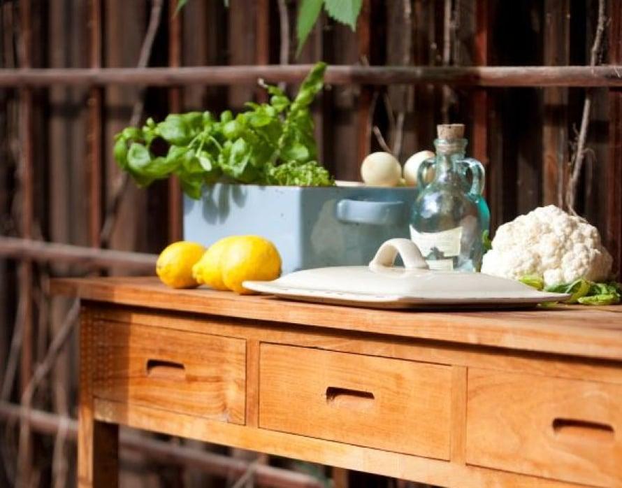 <p><p>Tiikkipuinen Airisto- sivupöytä, 140 x 40 cm, on verraton laskutaso ja sen vetolaatikoissa on tilaa puutarhavälineille. Kuva Isku.</p></p>