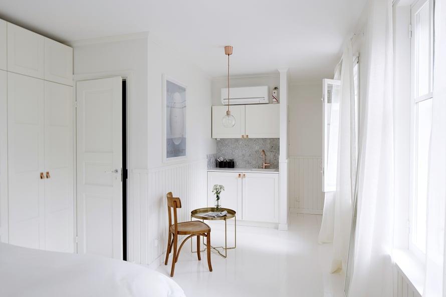 Pieni keittiö ja oma kylpyhuone tekevät pihatalon huoneesta kuin asunnon. Staffan satsasi kaikissa huoneissa hyvin sänkyihin ja untuvapeitteisiin