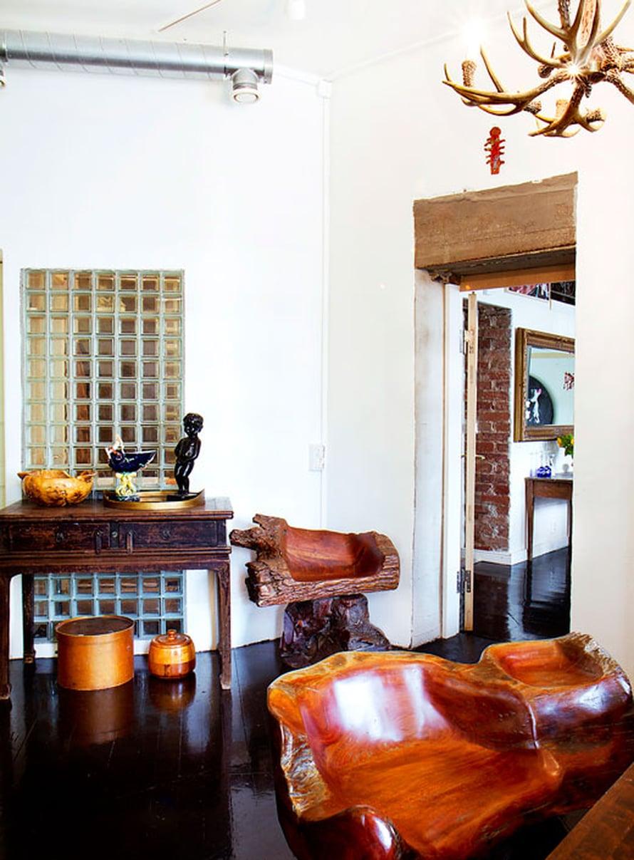 Oudot ja uniikit esineet seurustelevat sulassa sovussa. Hirvensarvikruunu on antiikkimessuilta ja tiikkihuonekalut Thaimaasta.