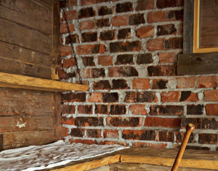 """<p><p>""""Saunassani on piilutetut laudepuut kolmessa kerroksessa. Voin valita, millaiset löylyt haluan. Tiiliseinän tiilet ovat peräisin Turun makkaratehtaan piipusta.""""</p></p>"""