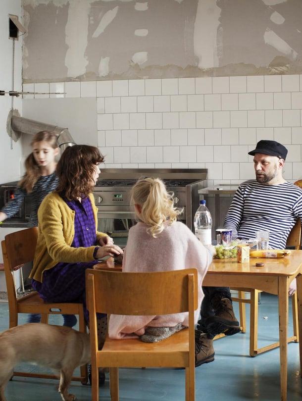 """""""Loviisassa on hieno yhteisö, hyvin luova ja taiteellinen. Halusimme asua keskustassa, että voimme tavata ihmisiä helposti"""", Frida ja Mikko kertovat."""