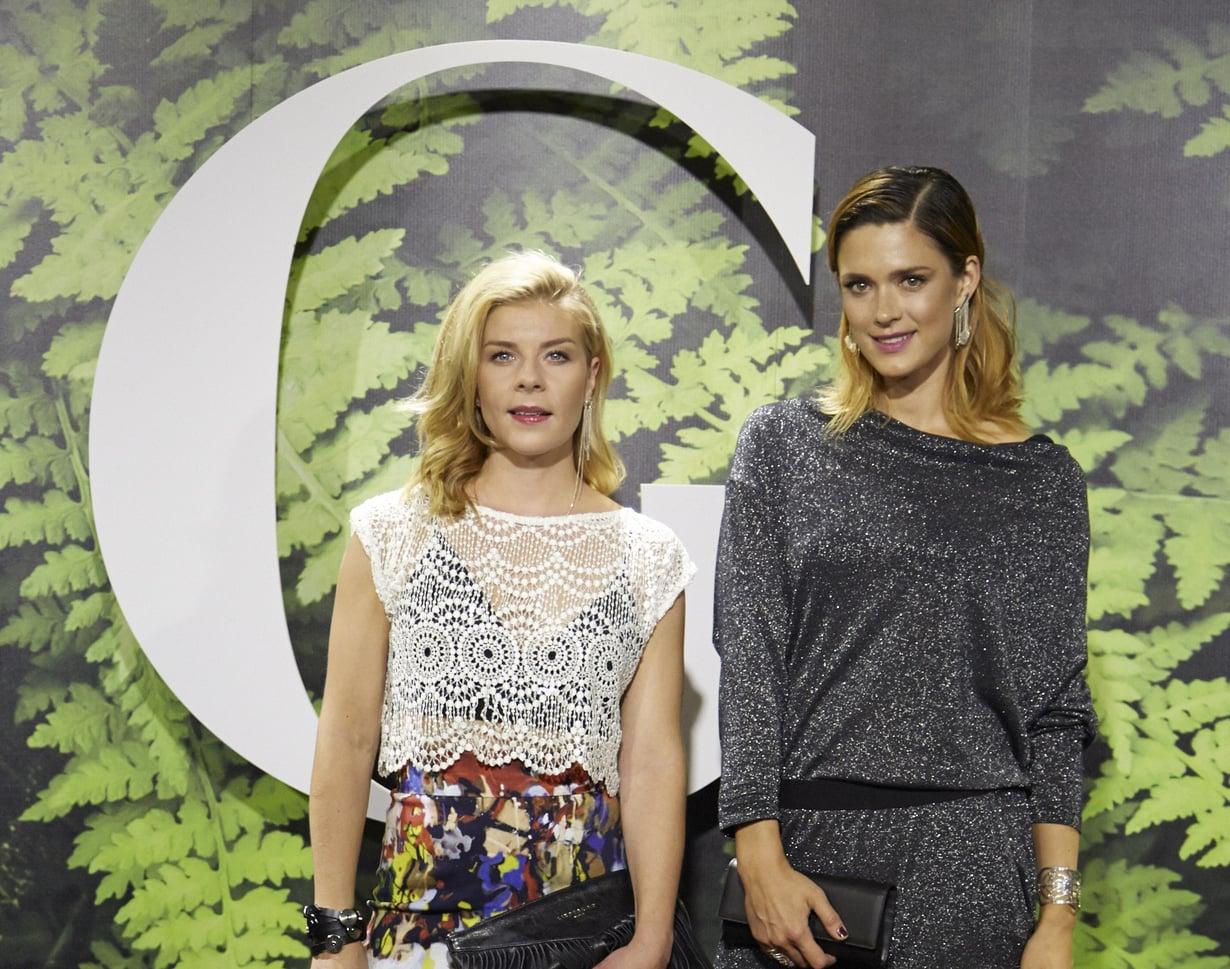 Krista Kosonen saapui näytökseen yhdessä näyttelijä Armi Toivasen kanssa.
