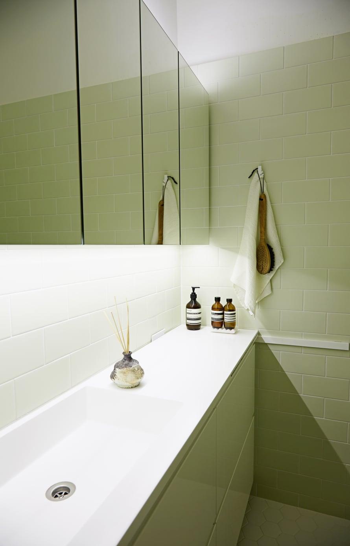 Harmonisen kylpyhuoneen suunnitteli ja toimitti asukkaiden toiveiden mukaan Opdeco. Kylpylämäistä tunnelmaa luodaan huonetuoksulla ja laadukkailla saippuoilla.