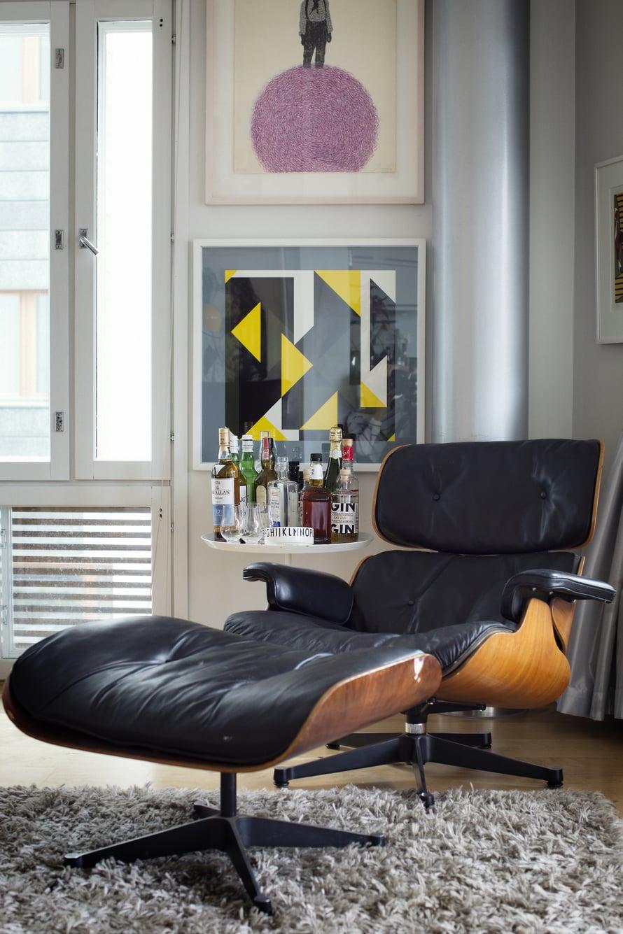 Vitran kulunut Eames Lounge -nahkanojatuoli näyttää ikääntyessään aina vain paremmalta.