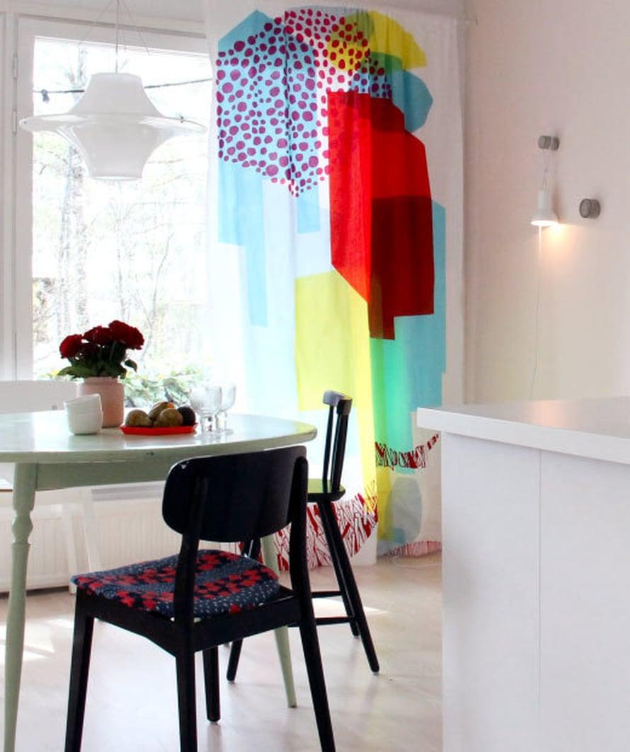 <p><p>Tänä keväänä keittiö sai uuden kevätilmeen, kun kirpputorilta löytynyt Marimekon verho huusi seurakseen väriä. Keittiön takaseinä maalattiin vaaleanpunaiseksi. </p></p>