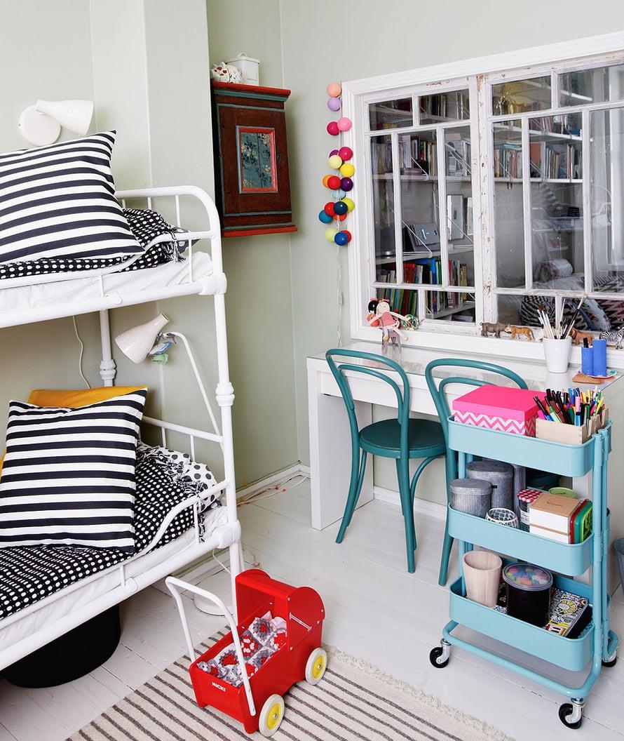 Lastenhuoneeseen voi tehdä sisäikkunan, jolloin huoneeseen tulee lisää valoa ja lasten leikkejä on helpompi pitää silmällä muista huoneista. Ja miten hauskaa onkaan järjestää kioskileikki ikkunaan! Kuva: Mailis Sara