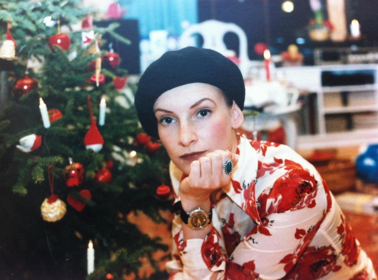 Nuoruuden joulukuvassa huulissani oli tummaa punaa.