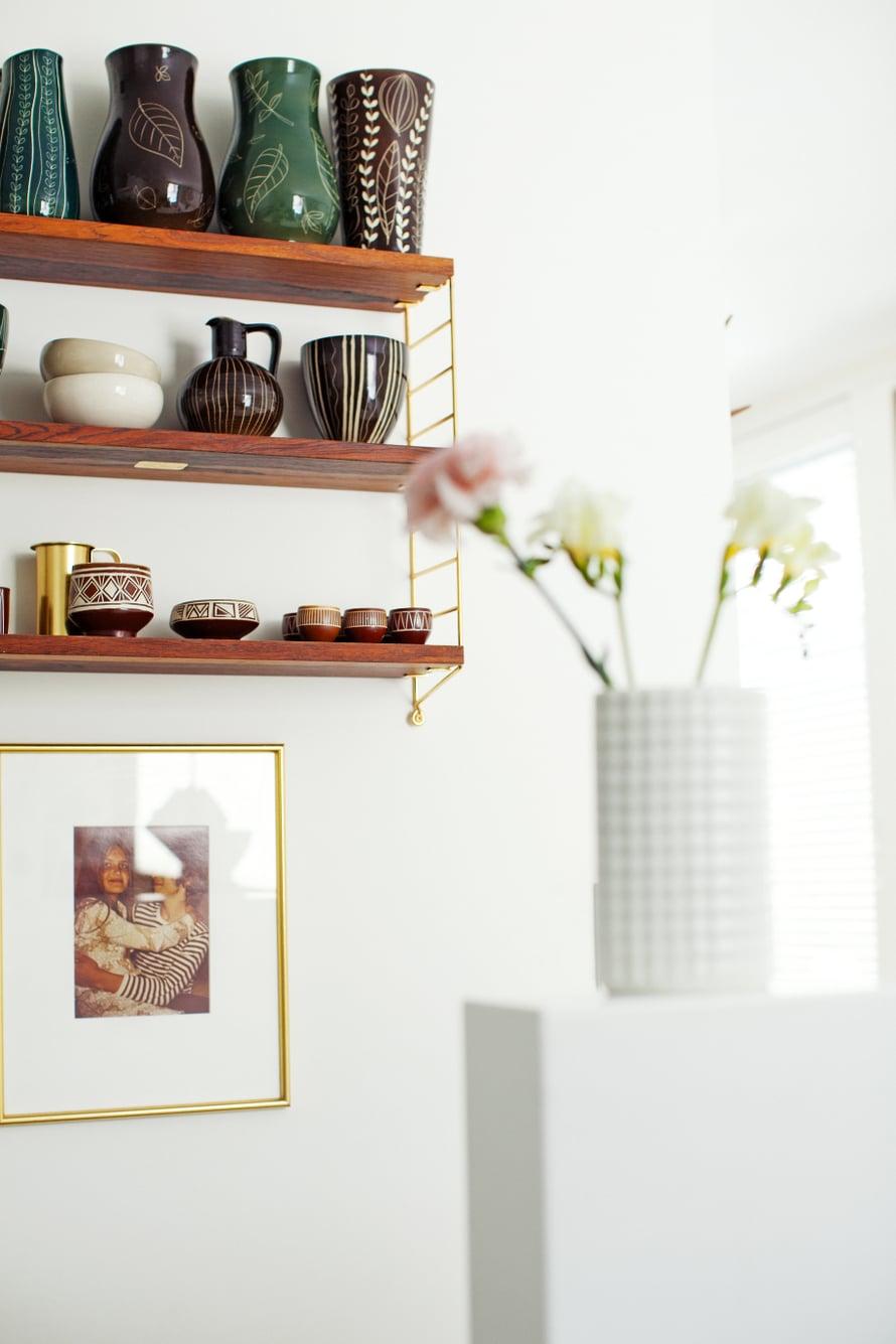 Asukkaat keräilevät Arabian rustiikkisia Siena-esineitä, joka on esillä keittiön String-hyllyssä.