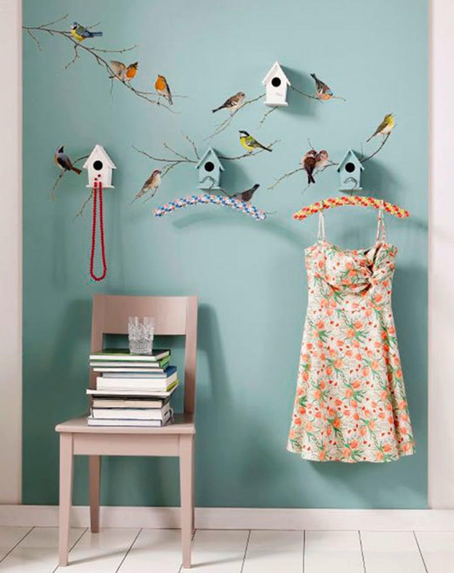<p><p>Linnut-seinätarra yhdistettynä pieniin linnunpönttöihin on suloinen vaikkapa nuoren tytön huoneessa. Kuva ja tuotteet: Ellos</p></p>