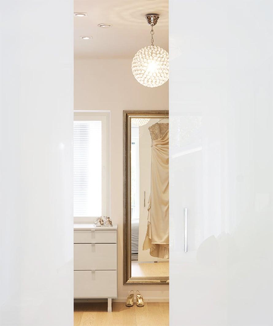 Vaatehuone on nimensä veroinen. Lasiliukuovet erottavat pukeutumistilan makuuhuoneesta. Olympiamitalien myötä iltapuvuille on ollutkäyttöä.