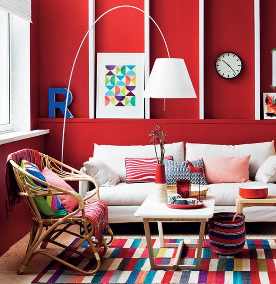 <p><p>Punaisen väripesun jälkeen olohuone näyttää tältä. Seinän sävy on Sadolinin Sienna.</p></p>