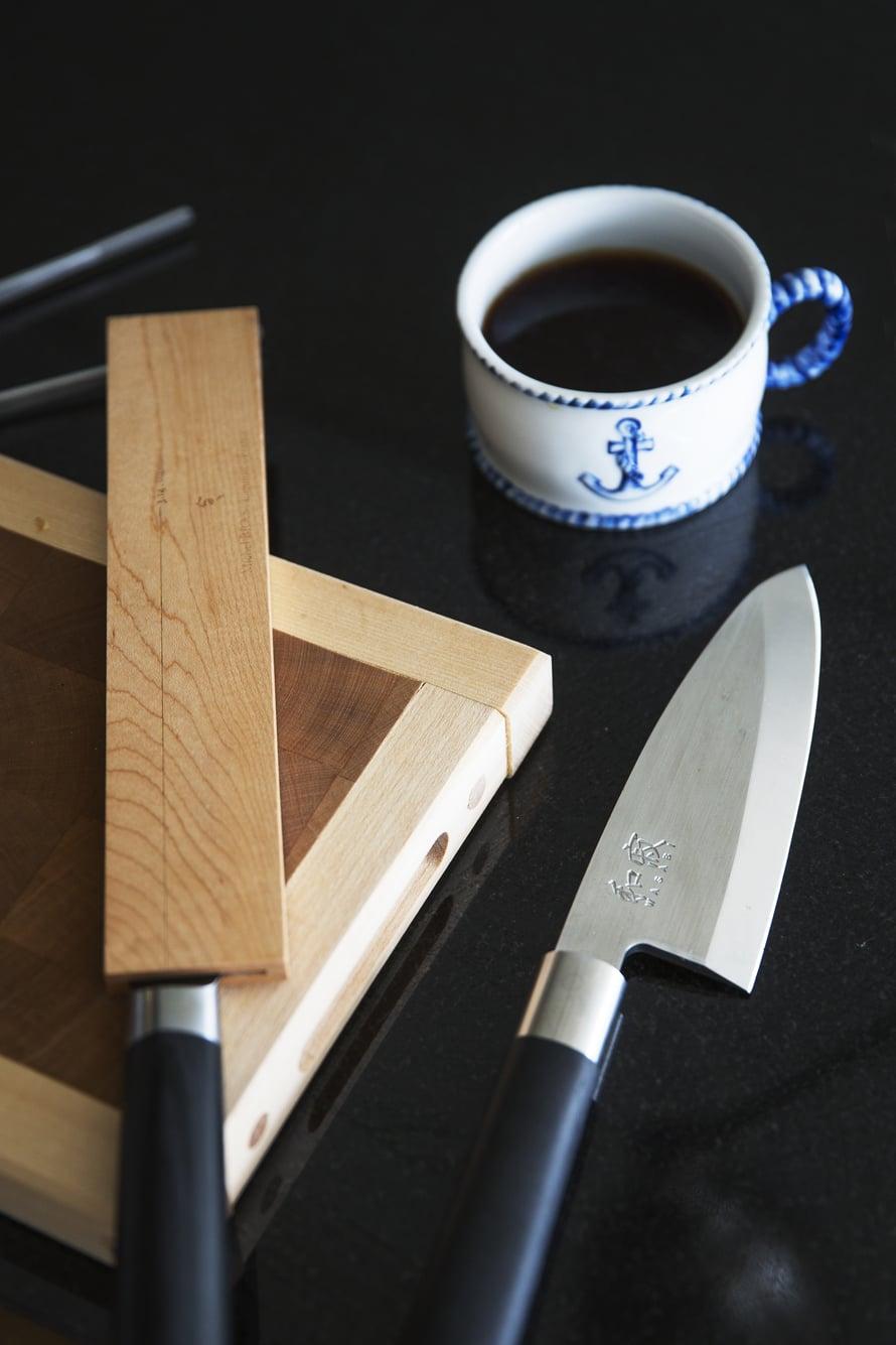 """""""KÄYTÄN VAIN HYVIÄ veitsiä, pääosin Kai Shun -merkiltä. Antiikkisesta ankkurikupista kahvi maistuu parhaimmalta. Kuppi on lahja ystävältäni"""", Tomi kertoo."""