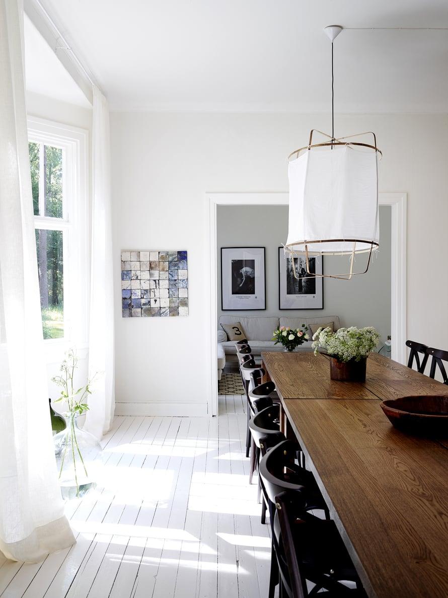 Aamiaishuoneeseen arkkitehti Joanna Maury-Ahola keksi koota suuren ruokapöydän kolmesta pöydästä. Seinällä on Staffanin keraamikko-äidin Gun Tallqvistin taideteos. Ruokapöydän päällä olevat Ay Illuminaten Z-valaisimet tilattiin ruotsalaisesta Artillerietistä.