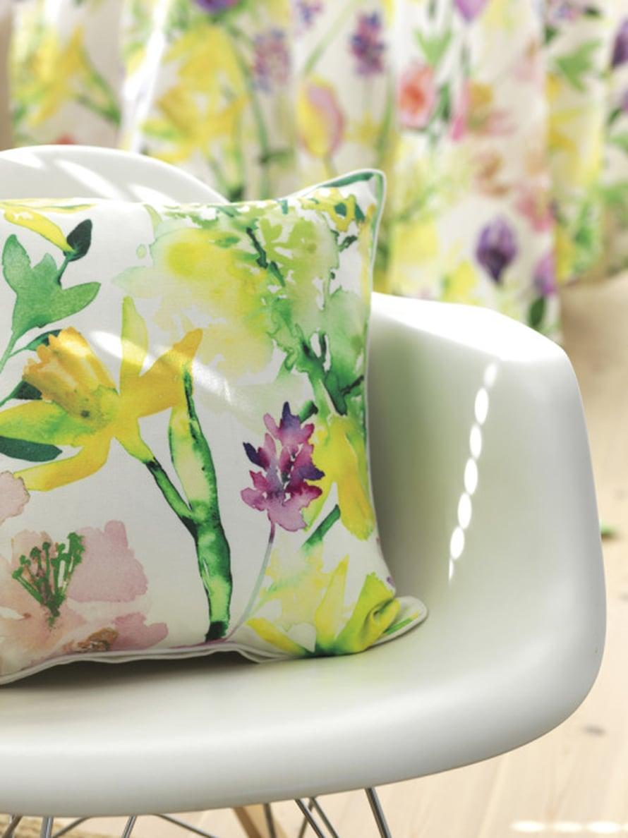 Sisustustyynyillä on helppo sisustaa! Vaihda pääsiäisen kunniaksi tyynynpäälliset iloisen värisiin Narsissi-tyynynpäällisiin, 45 x45, 20 e, Pentik