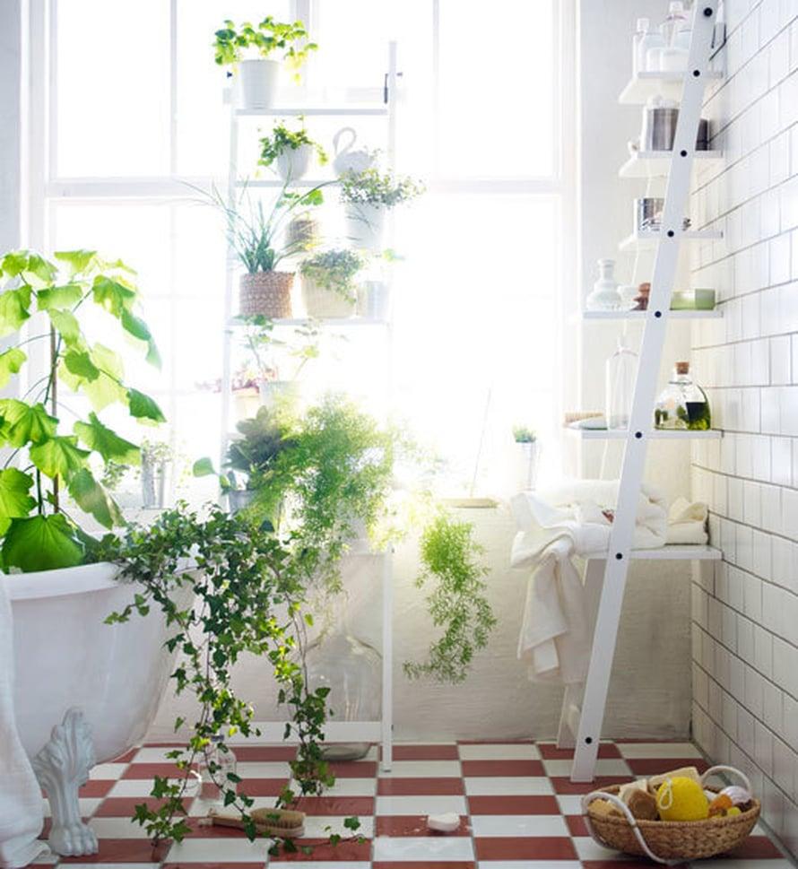 """Tule kanssani kylpyyn&hellip; Jos sinulla on&nbsp;kylpyamme, nosta viherkasvit sinne saamaan kosteusterapiaa. Kuinka houkuttelevaksi keitaaksi valkoinen kylpyhuone muuttuukaan, kun sen t&auml;ytt&auml;&auml; viherkasveilla! Kuva: <span class=""""photographer""""><a href=""""http://www.ikea.com/fi/fi/&quot;"""">Ikea</a>.</span>"""