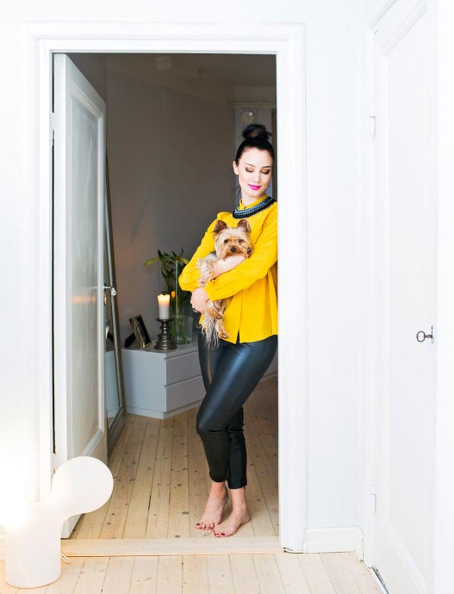 Kotiin tultuaan Noora ottaa ensimmäiseksi Wallu-koiran syliin. Heti sen jälkeen hän vaihtaa työvaatteet mukavampiin lököhousuihin.