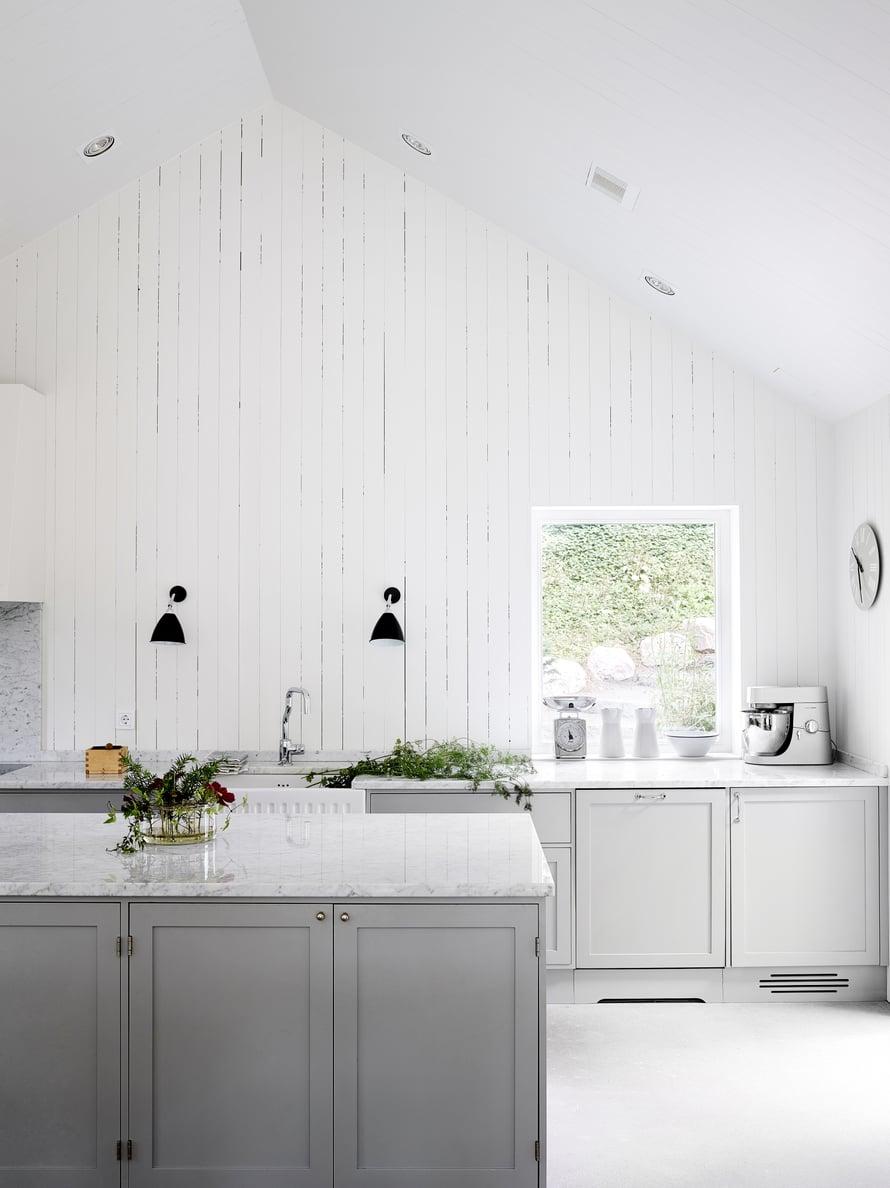 Keittiön marmoritasot tilattiin Virosta Granimarilta. Kaapit saavat ryhtiä peltisepän tekemästä liesituulettimesta ja englantilaisen Shaws of Darwenin perinnealtaasta. Hana on Shawsin Perrin & Rowe -mallistosta. Kodinkoneet ovat Gaggenaun.
