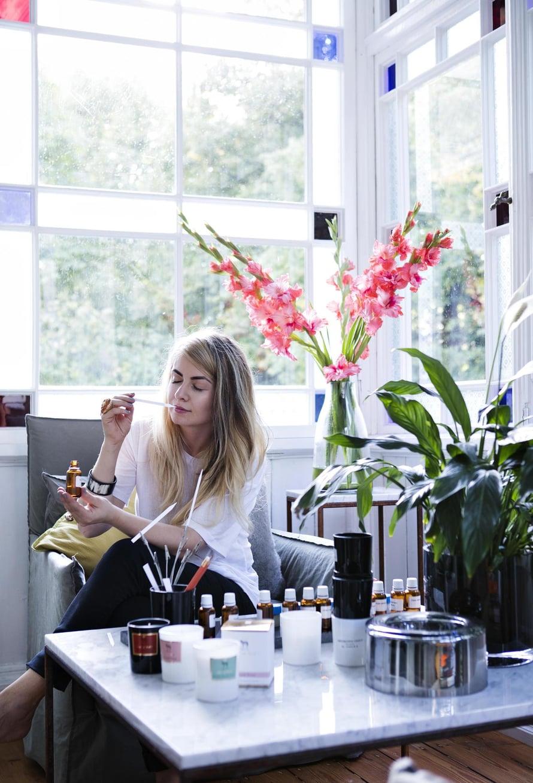 Lotten harrastus ovat soijapohjaiset tuoksukynttilät. Niitä varten hän tutkii uusia tuoksuyhdistelmiä lasiverannallaan.