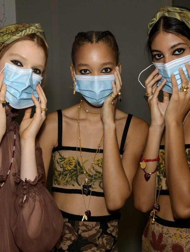 Diorin näytösmallit näyttävät unohtaneen ohjeen, jonka mukaan maskeja ei pitäisi kosketella.