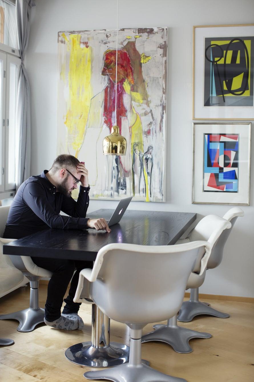 Ruokapöydän ympärille kootut, Yrjö Kukkapuron suunnittelemat, valkoiset tuolit nököttivät aikanaan Alkon pääkonttorissa. Tuomas verhoilutti ne uudelleen. Suuri taulu on Kari Mokon, pienemmät Sam Vannin.