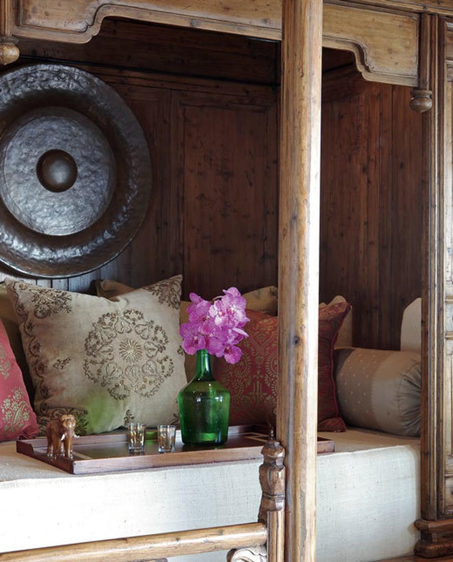 <p><p>Televisiohuoneen löhöilypaikan virkaa toimittaa kiinalainen häävuode 1500-luvulta. Seinää koristaa indonesialainen gongi. Etualan tyyny on 1700-luvun tyyliä. </p></p>