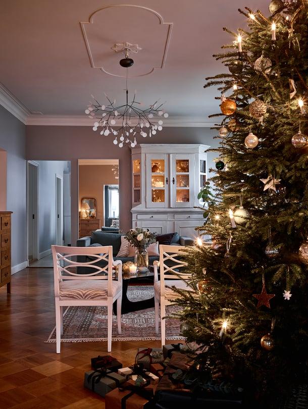 Joulukuusen latva hipoo olohuoneen kattoa. Lotta hankkii kuusen reilu viikko, joskus kaksikin, ennen joulua. Kolme valosarjaa takaavat, että puu todella tuikkii.