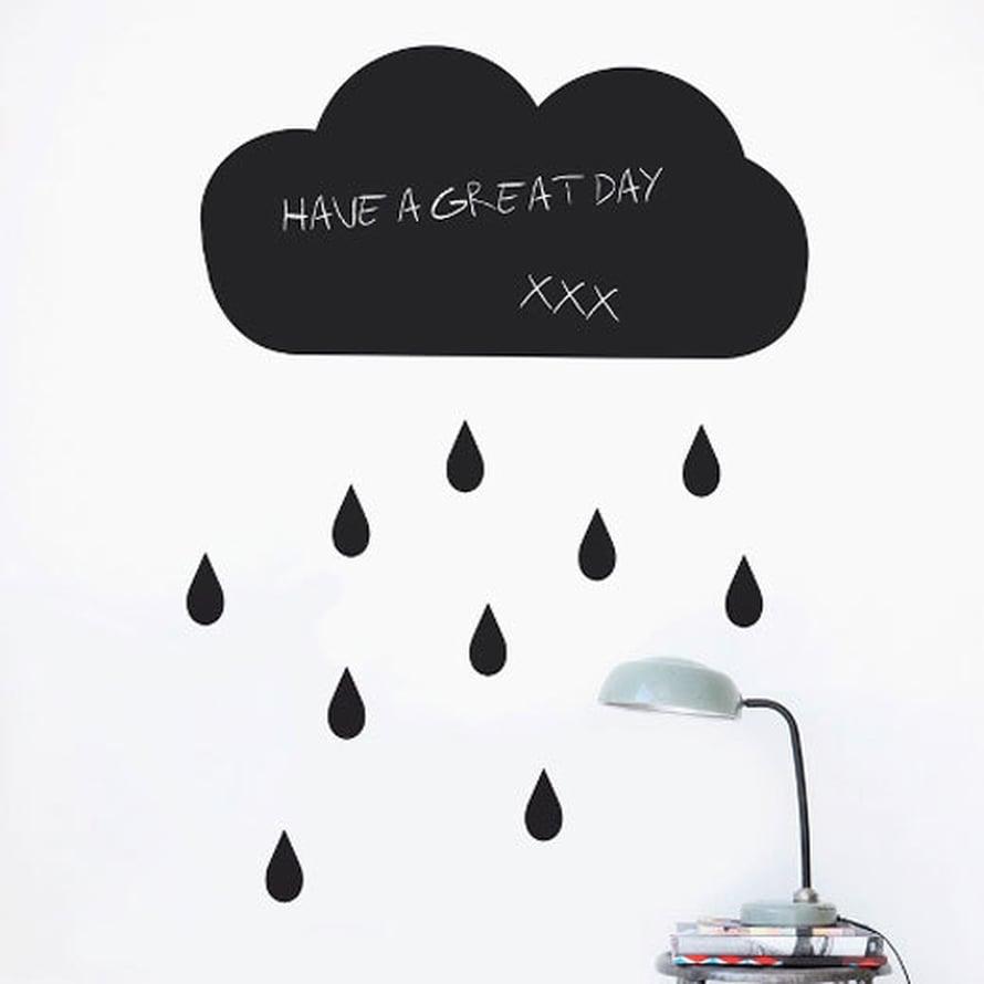 Sateen jälkeen paistaa aurinko. Liitutaulutarraan toivotuksen kirjoittaminen on ihanatapa toivottaatoiselle mahtavaa päivää!Kuva: Ferm Living.