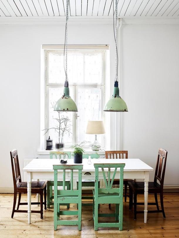Olohuone on  kodin suurin huone, ja sen ikkunat aukeavat kahteen suuntaan. Vanha ruokapöytä on löytö Mångfaldens hus -liikkeestä  Ruotsin Strängnäsistä. Valaisimet pariskunta löysi Fiskarsin antiikkimarkkinoilta, jossa vieraillaan joka kesä. Vihreät, vanhat tuolit Varpu osti  tamperelaisesta Antiikkiliike Anna-Stiinasta. Ruskeat tuolit pöydän päissä ovat löytö Ruotsin Pelastusarmeijan kirpputorilta.