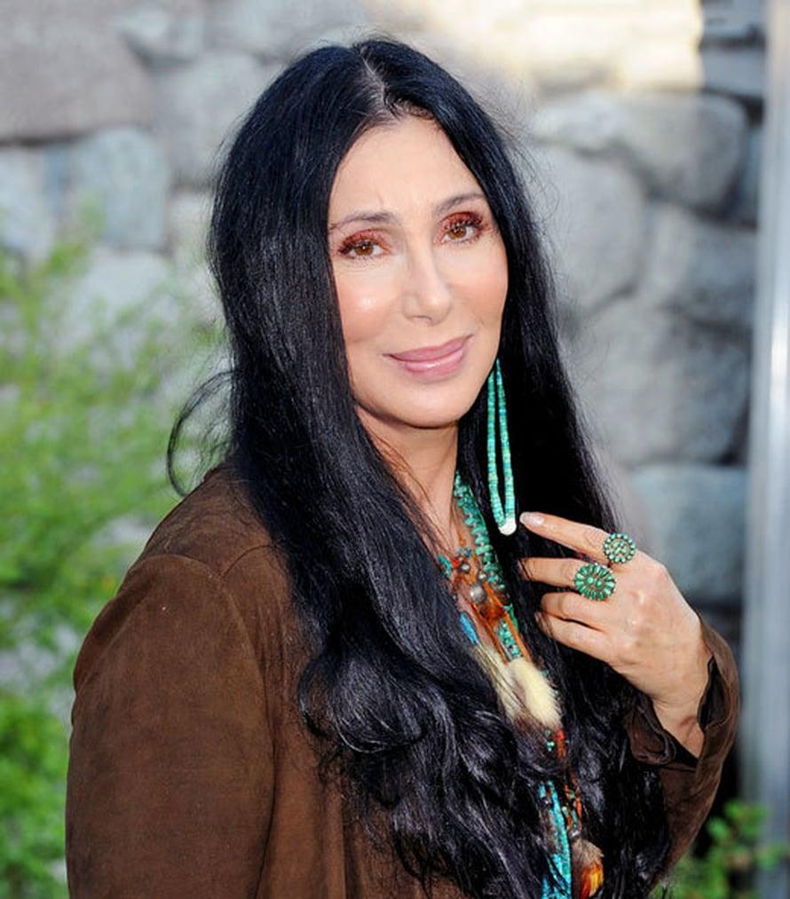 <p><p>Laulaja-lauluntekijä ja näyttelijä Cher on saavuttanut yli 40-vuotisella urallaan paljon. Hän on voittanut muun muassa Oscarin ja myynyt sata miljoonaa äänitettä. Cher teki jäähyväiskiertueen vuonna 2005, mutta palasi vielä esiintymislavoille.</p></p>