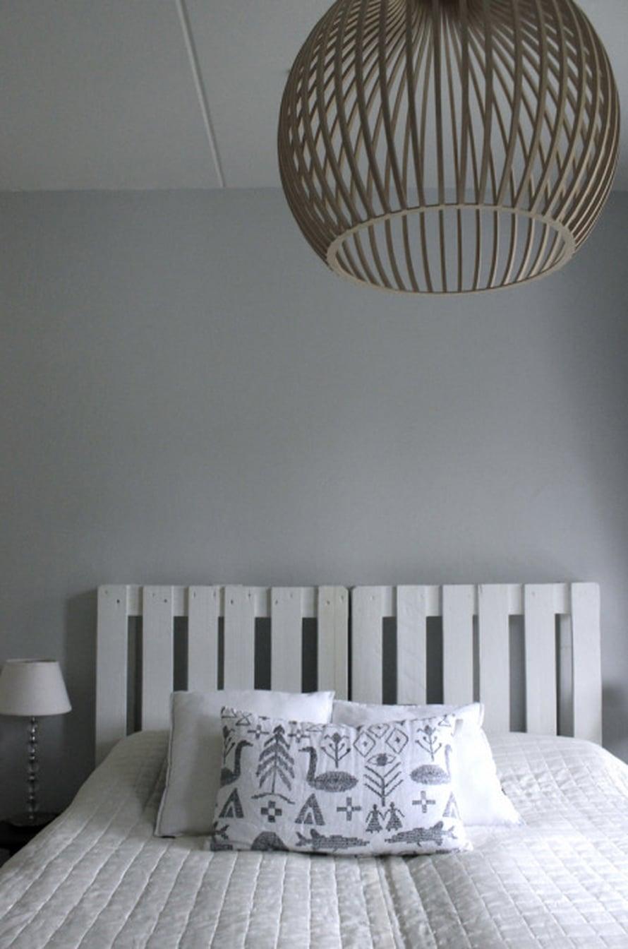 Uusi sängynpääty tuo muuten vähäeleiseen ja pelkistettyyn makuuhuoneeseen rouheutta ja särmää.