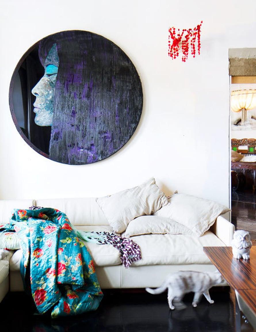 <p><p>Olohuoneen sohvan ylle ripustettu maalaus on Teemu Saukkosen ja poronsarviteos Outi Pieskin. Kukikkaat silkkitäkit Nanna toi kotiin Shanghaista.</p></p>