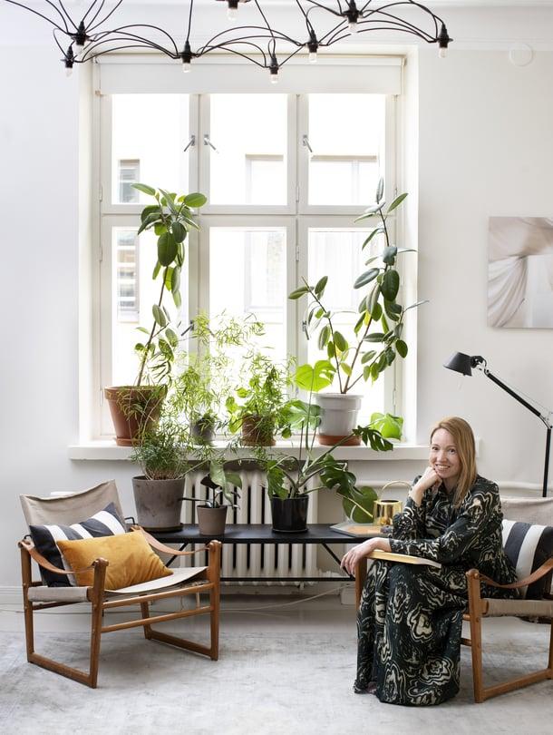 Olohuoneen safarituolit ovat Ikean alkuaikojen tuotantoa ja Bengt Rudan suunnittelemat. Penkki on Ferm Livingin ja matto Koolmatista.